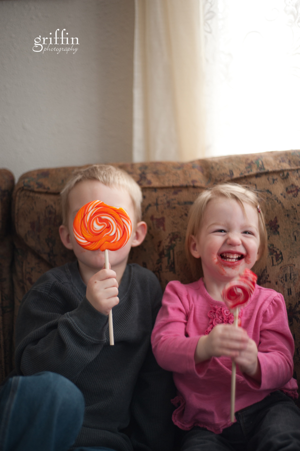 Baraboo Wisconsin lifestyle photographer, giant lollipop suckers with sticky faced kids.
