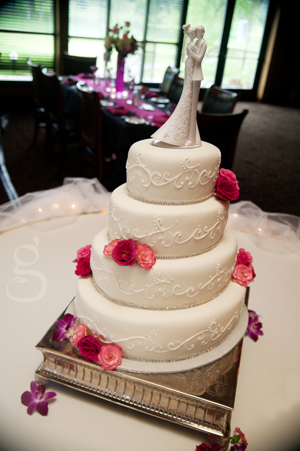The gorgeous wedding cake.