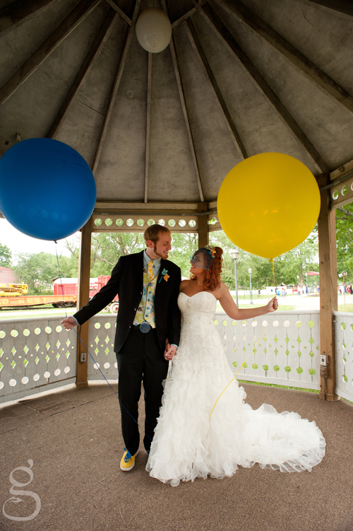 Corwin and Stephanie sporting giant blue and yellow balloons at the circus in Baraboo.
