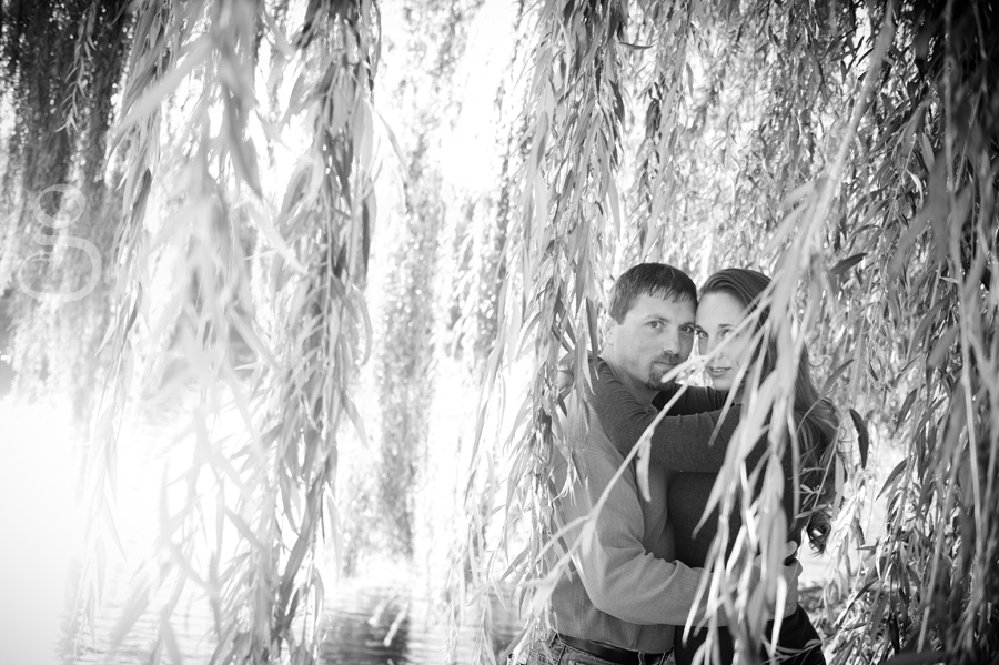 black and white of the couple among the weeping willow leaves.